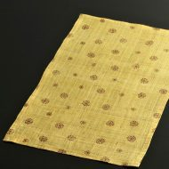 b1091-35-1 39.5×24.5幡 黄*茶模様麻ランチョン