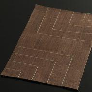 b1102-45-1 39.0×25.5幡 茶ステッチ麻ランチョン