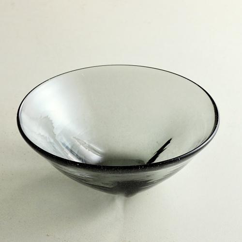 g4071-90-1 φ13.5x5.2変形ガラス鉢黒 (荒川尚也)