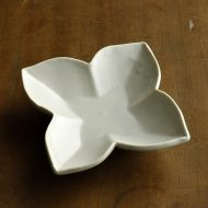 w1534-75-1*9.5x9.5x2.7白四つ葉型小皿(岡 晋吾)