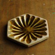 w1689-60-1*φ14.2素焼き飴色花もよう六角小皿