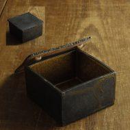 w4583-180-1 9.0x9.0x5.6黒中鉄色角ふた物