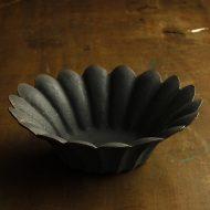 w7547-155-1 φ22.0x4.5つやなし黒花形鉢