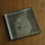 w8644-90-1 17.2x17.8黒枯淡釉角皿