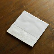 w8726-100-1 13.3x13.3マット白はけ目角平皿