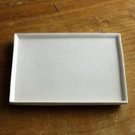 w8734-200-1 21.0x17.7白貫入角皿(菅沼 淳一)
