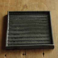 w8735-100-1 16.5x16.3黒なみ目角皿(銭本 真理)
