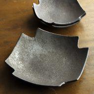 w8740-90-1 18.0x18.0x3.2鉄釉スミ切り皿大(高田 志保)