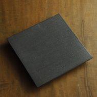 w8864-240-1 21.3x21.3x2.1マット黒ストライプ厚角皿